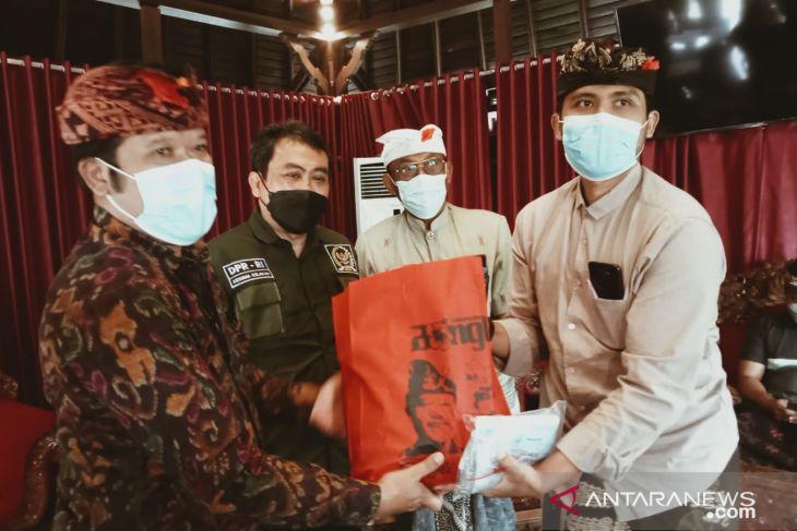 Bupati Bangli dan anggota DPR bagikan vitamin dan masker