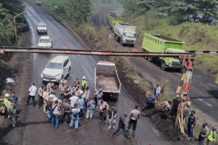 PT TCT tutup jalan batu bara PT AGM terkait sengketa lahan