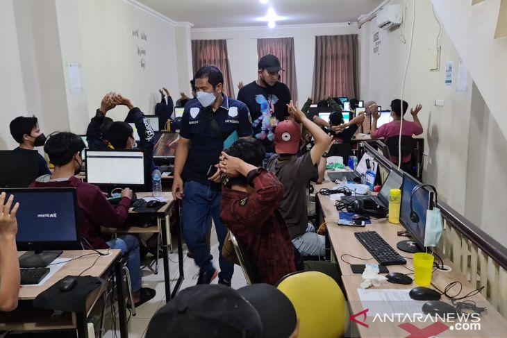 Polisi gerebek kantor sindikat pinjol di Cengkareng