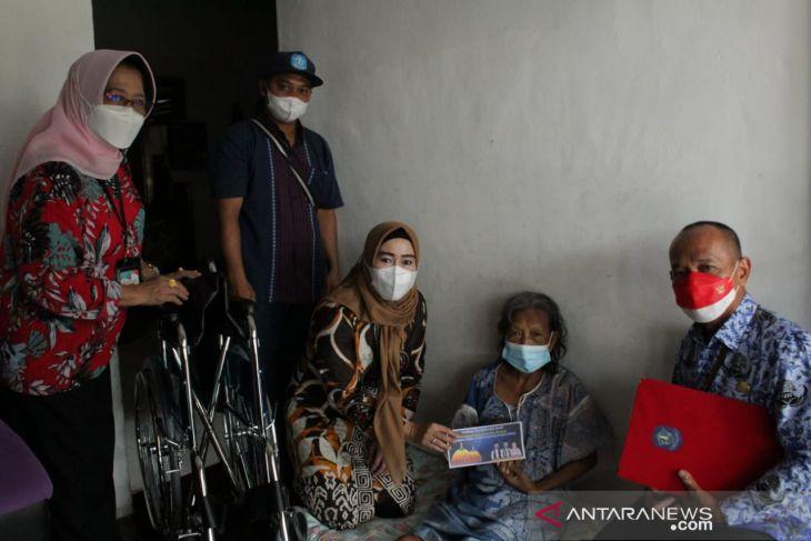 Ketua TP PKK Bangka salurkan tiga kursi roda ke warga stroke