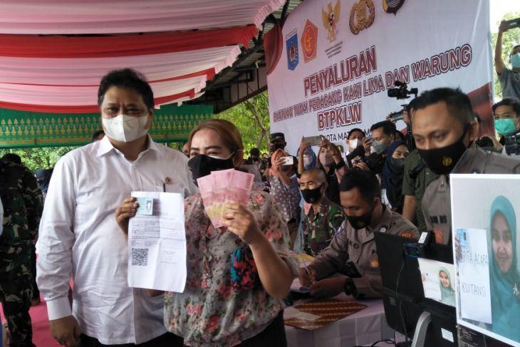 Menko Airlangga tinjau penyaluran bantuan tunai PKL di Mataram