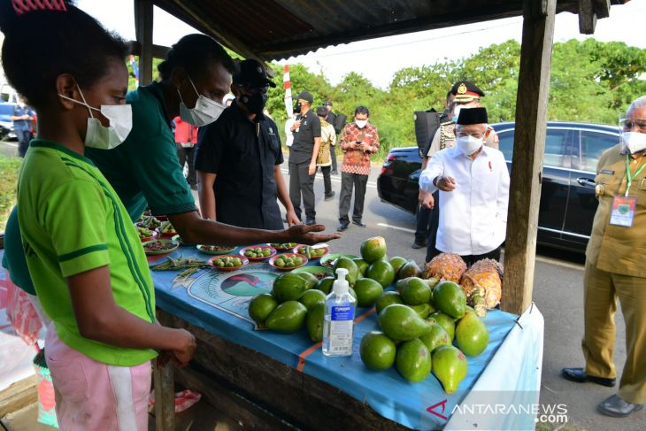 In Manokwari, VP holds impromptu discussion with palm fruit sellers