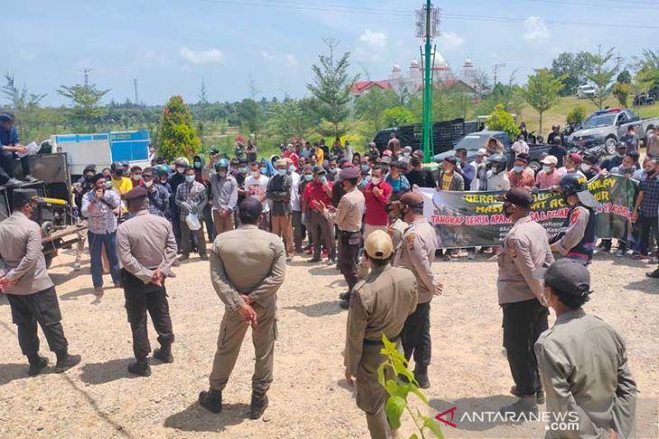 Ratusan warga demo Bupati Aceh Timur
