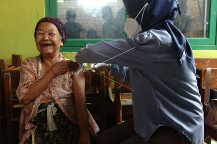 Warga lansia usia 102 tahun ikut vaksinasi COVID-19