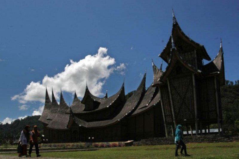 Tanah Datar Jamin Kenyamanan Wisatawan Istana Pagaruyung Antara Sumbar