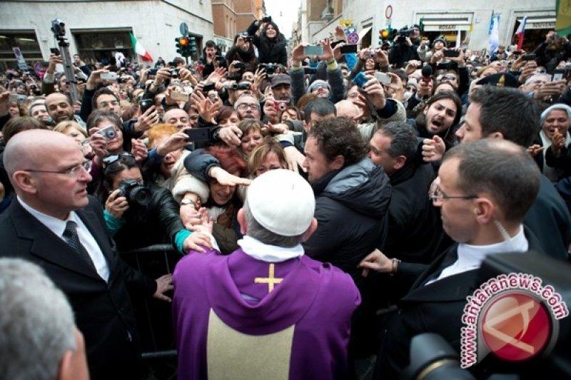 Gaya Paus Fransiskus berbeda dari pendahulunya