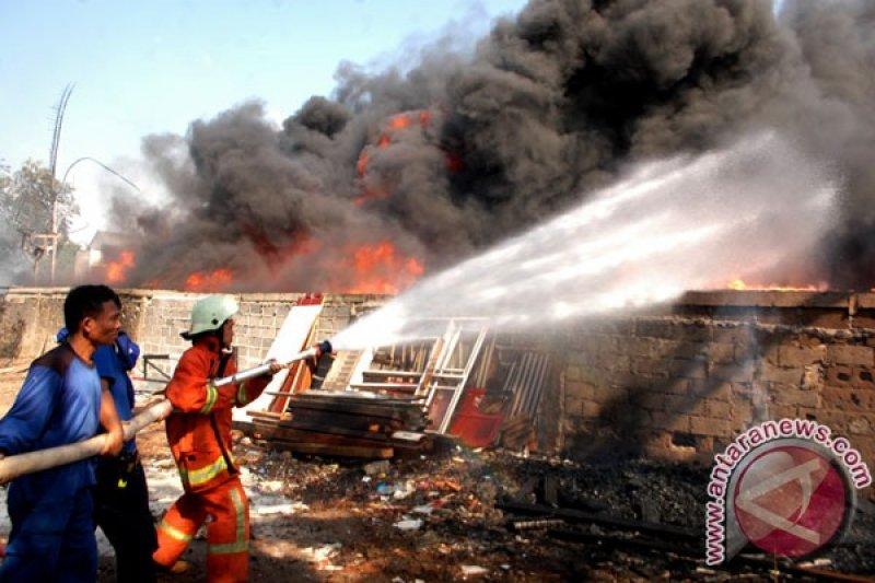 21 unit damkar padamkan kebakaran gudang karpet di Kapuk Muara