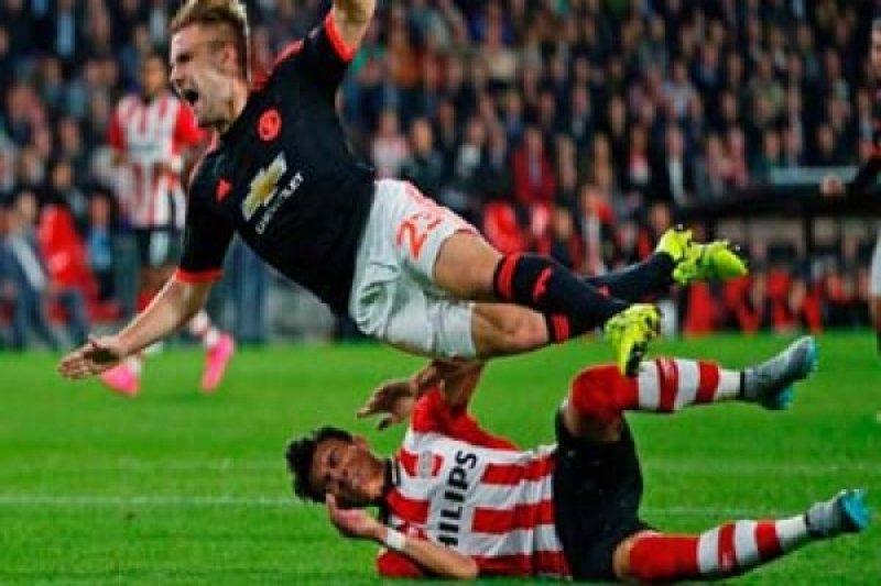 Shaw alami cedera parah saat melawan PSV