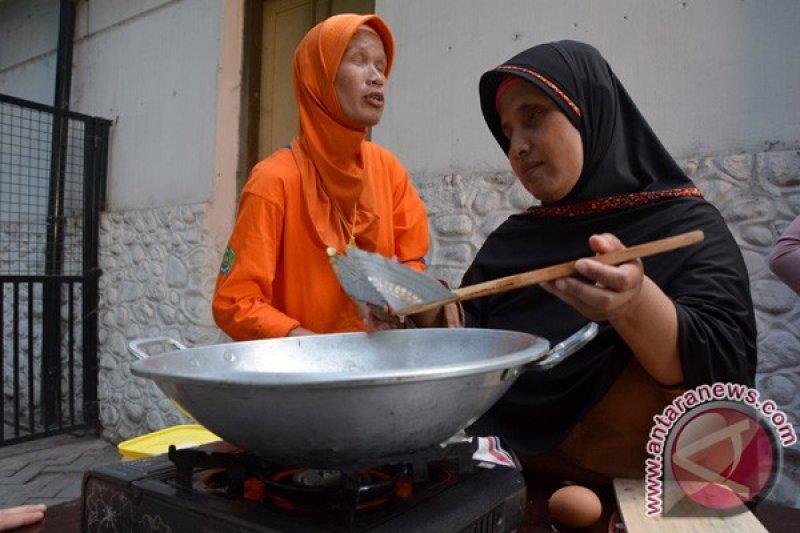 Tuna netra memasak nasi goreng