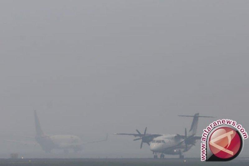 Karhutla Riau - Jarak pandang 800 meter akibat asap, Bandara Pekanbaru belum terganggu. Begini penjelasannya