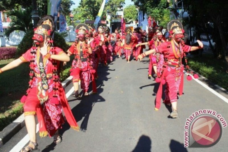 20 Penari Topeng Cirebon Sambut Api PON