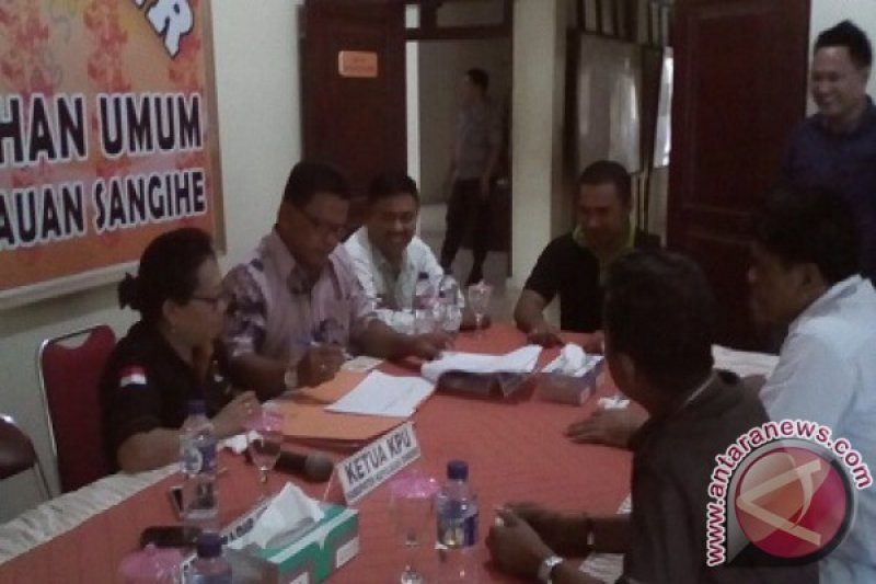 Komisioner KPU memeriksa berkas pasangan Gaghana-Hontong