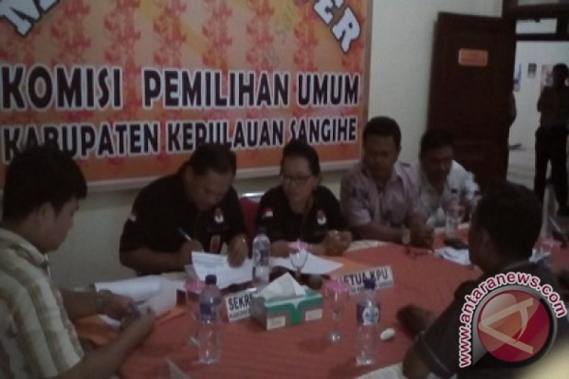 Pemeriksaan berkas pasangan calon Gaghana-Hontong oleh KPU Sangihe