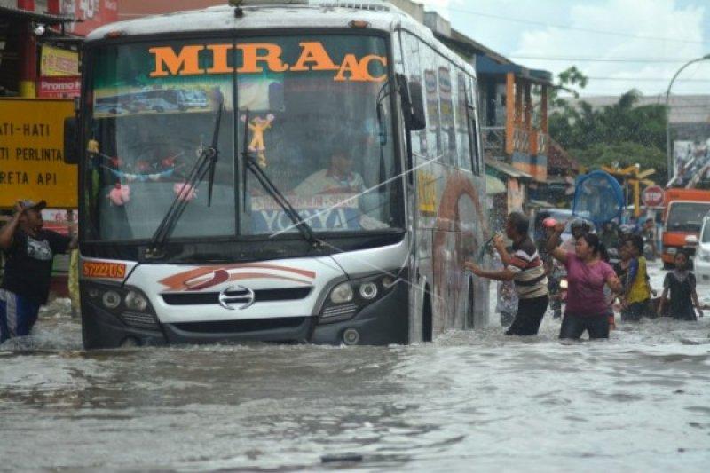 Banjir genangi Terminal Purbaya