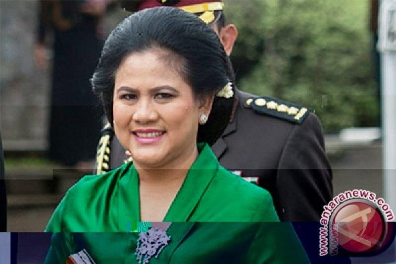 Ibu negara Iriana Jokowi bersama Mufidah Kalla ziarahi makam tiga istri wapres