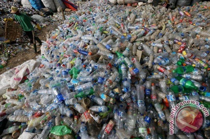 Perut paus penuh plastik, ratusan ribu dukung penerapan cukai plastik