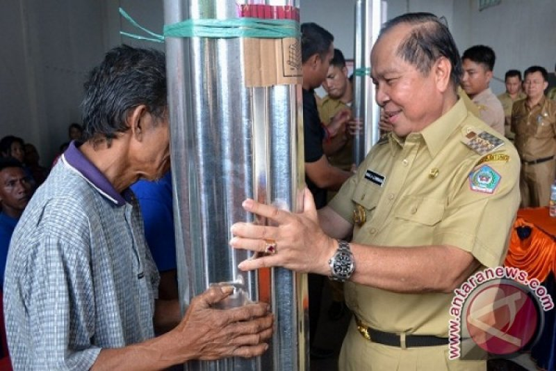 Wali Kota Bitung Serahkan Bantuan Kepada Warga