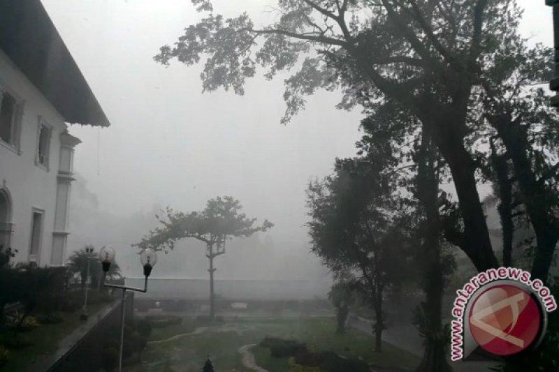 Hati-hati, hujan disertai petir berpotensi terjadi 16 kabupaten/kota Jabar