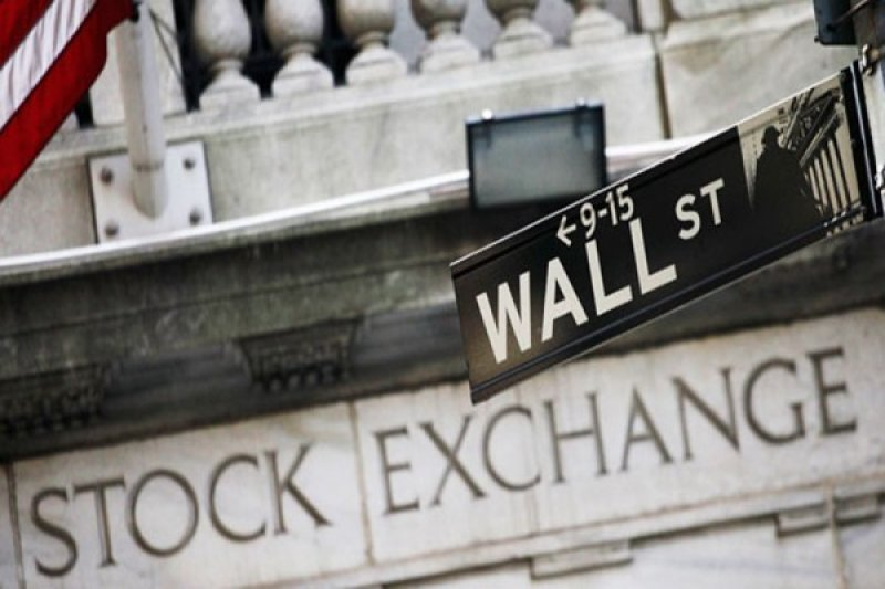 Wabah melonjak, Wall Street tumbang