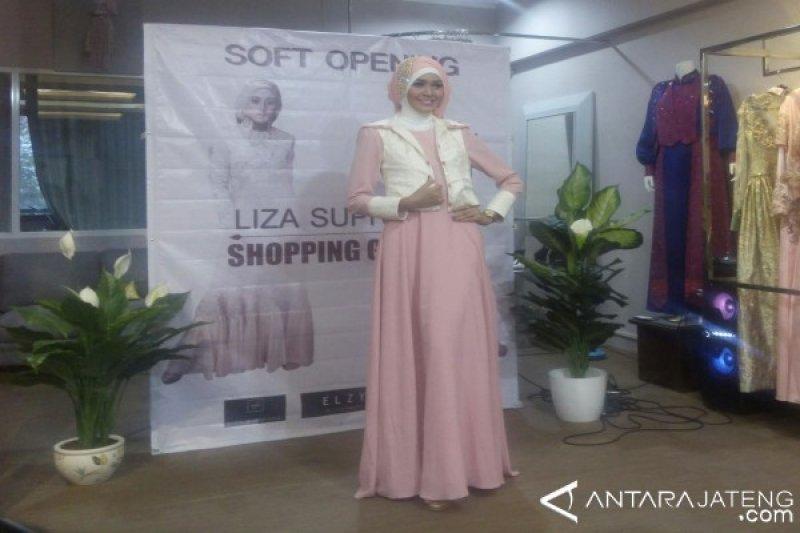 Liza Supriyadi Kian Mantap Hadirkan Busana Muslim