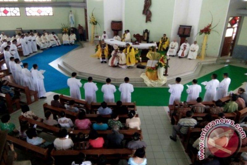 Uskup Larantuka Tahbiskan 21 Calon Imam Katolik