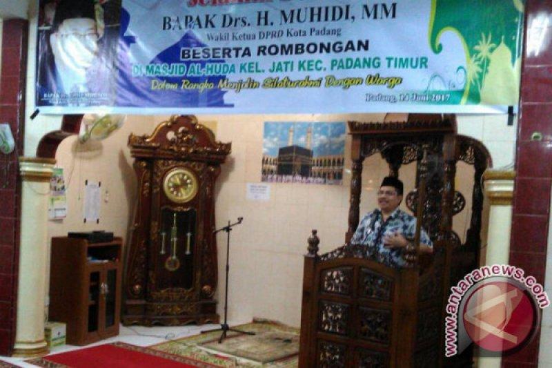 TSR DPRD Padang Serahkan Bantuan Rp15 Juta Ke Masjid Al-Huda