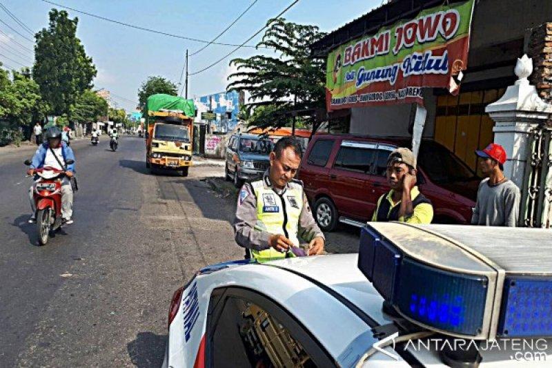 Nekat Beroperasi, Sebelas Truk Nonsembako Ditilang Polisi