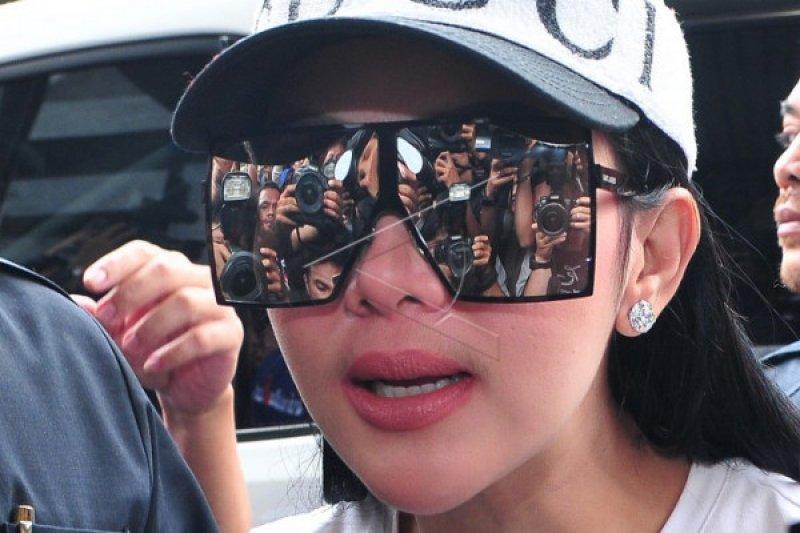Heboh, penonton pembeli tiket Rp25 juta konser Syahrini diberi cincin emas