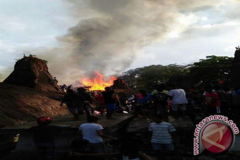 Empat Rumah di Kampung Adat Tarung Terbakar