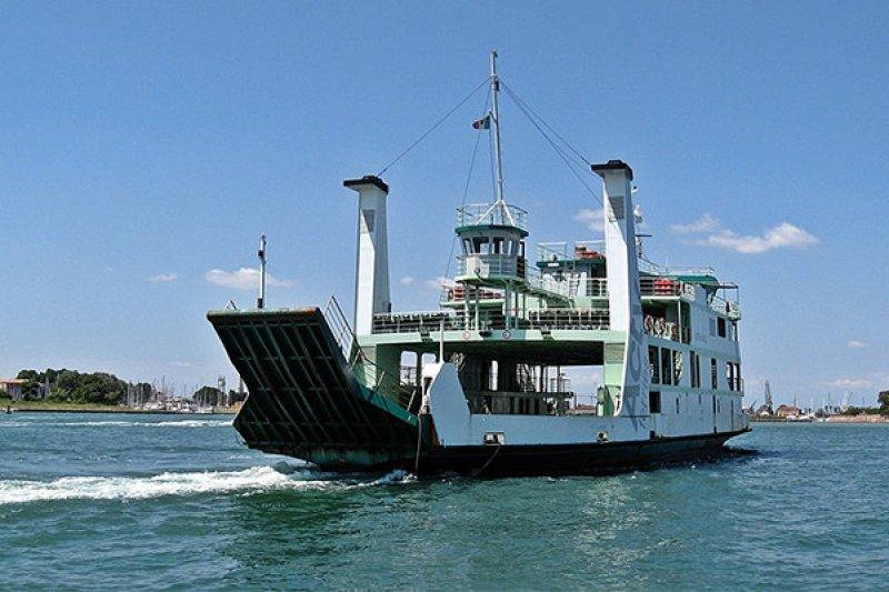 Wanita muda jatuh ke laut saat di atas kapal feri