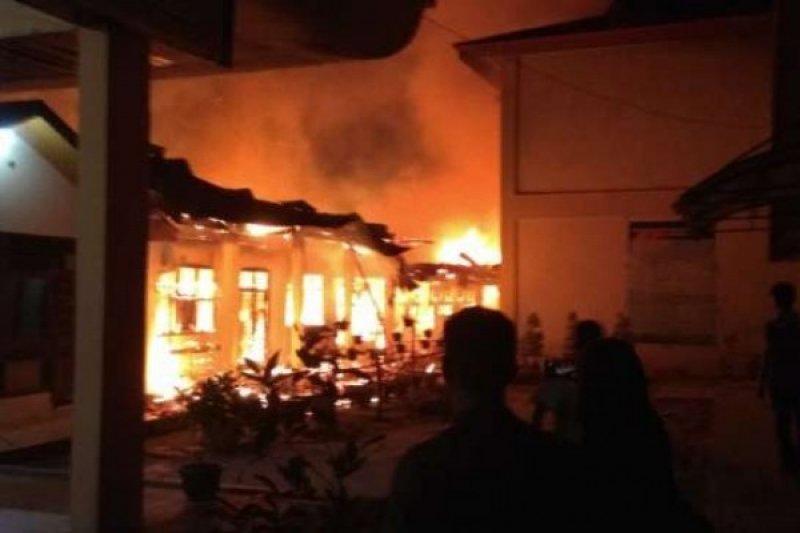 Gedung SMPN 7 ludes terbakar saat libur PSBB