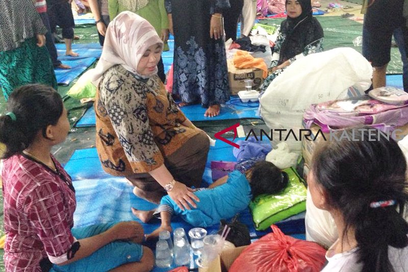 Bupati Kobar beri bantuan korban kebakaran di Kelurahan Mendawai
