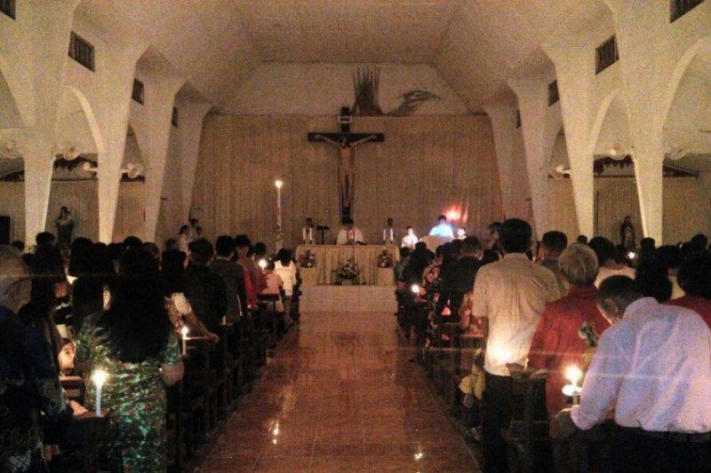 Suasana Malam Paskah Gereja Katolik Sulut