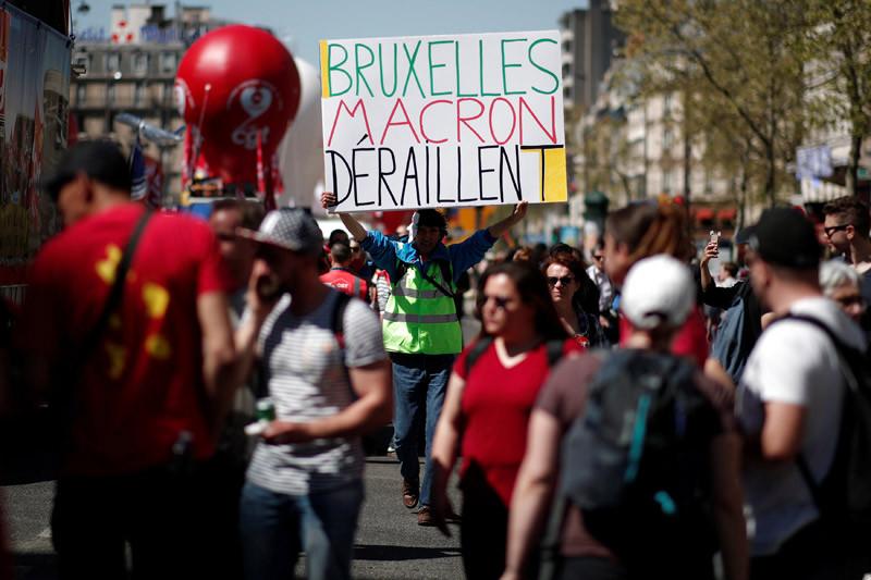 Ratusan perempuan protes Mendagri Prancis yang baru