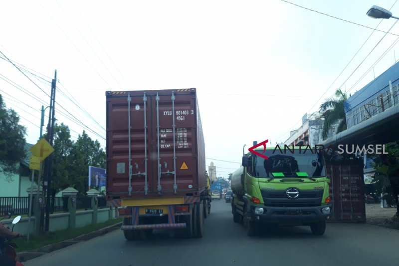 Ratusan truk masih melintas di Jalan MP Mangkunegara