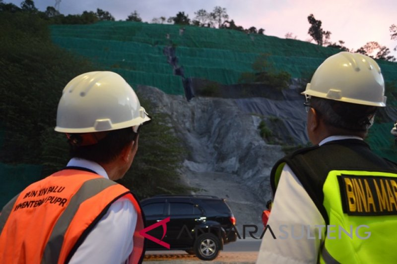 Menyarungi lereng demi selamatkan jalan nasional Tawaeli-Toboli