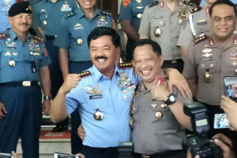 """Panglima TNI-Kapolri kompak klarifikasi soal foto """"dua jari"""""""