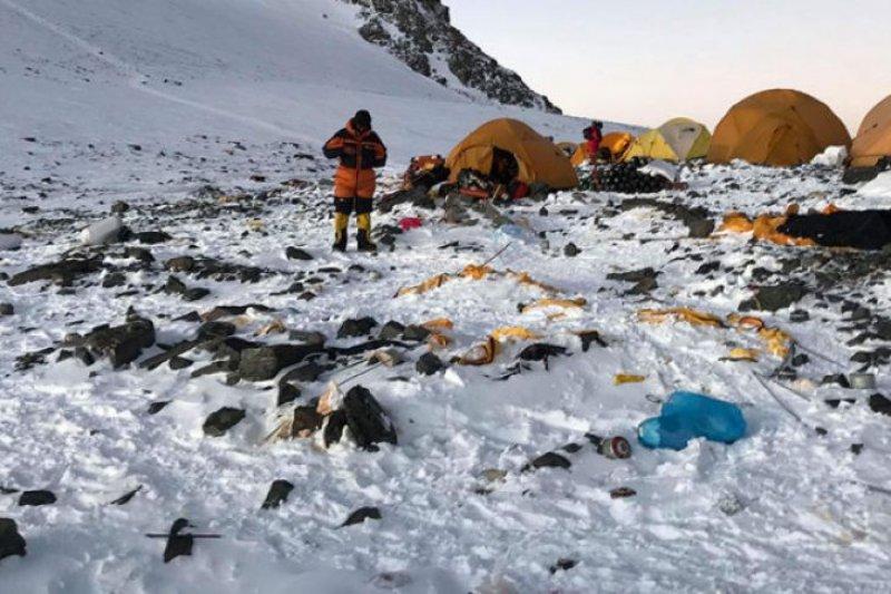 Sampah di Gunung Everest dijadikan  karya seni