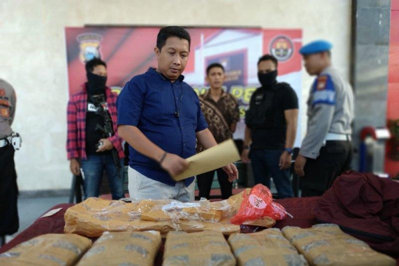 Polrestabes Makassar dalami pengirim ganja lima kilogram