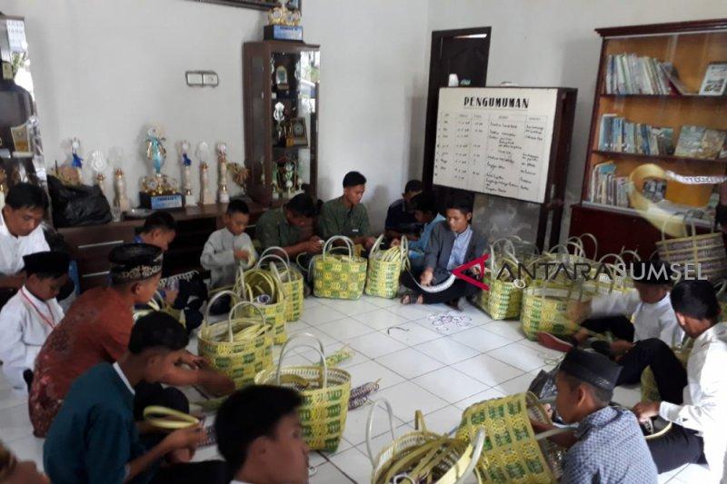25 anak terlantar belajar membuat keranjang dan tas