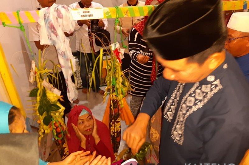 Wanita umur 52 tahun ini ikuti tradisi baayun di Masjid Jami