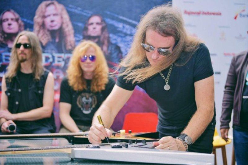 Megadeth lelang gitar untuk Palu & Donggala