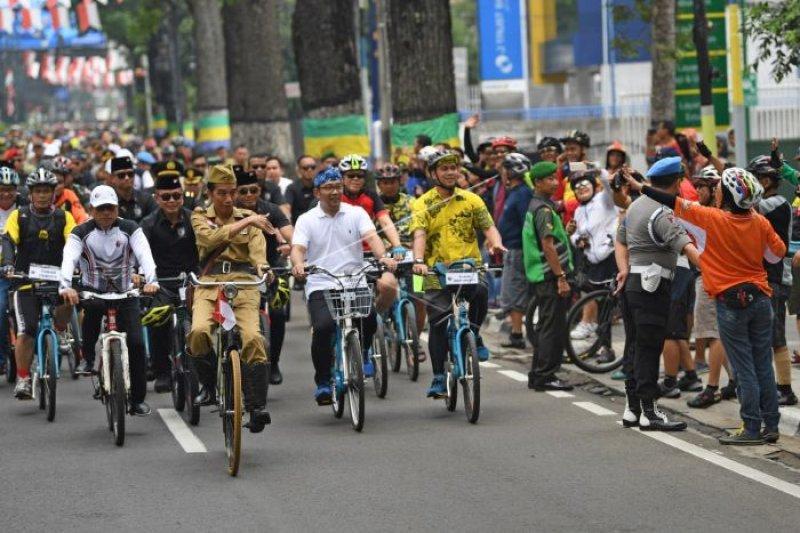 Berbaju pejuang kemerdekaan Presiden Jokowi kayuh sepeda ontel