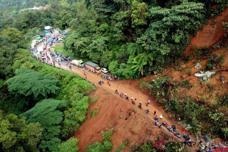 Sempat terhambat akibat longsor, jalur Sitinjau Lauik kembali normal