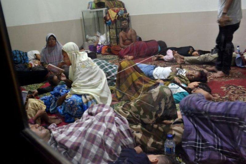 Tsunami menyapu keceriaan malam minggu di sekitar Selat Sunda