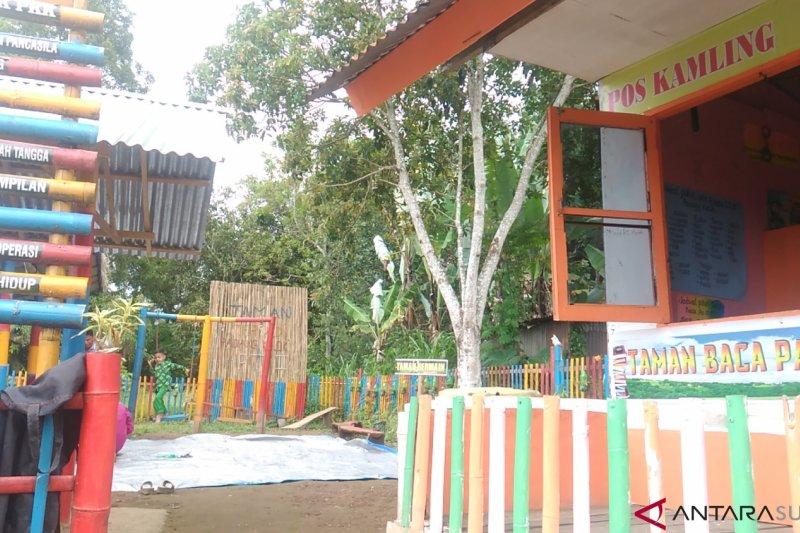 Kreatif, warga Padang Kelok tambah fungsi poskamling sebagai taman baca