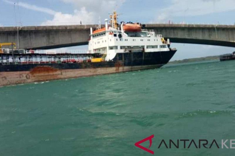 Saksi mata: Tanker tabrak jembatan Barelang belum bisa dilepas
