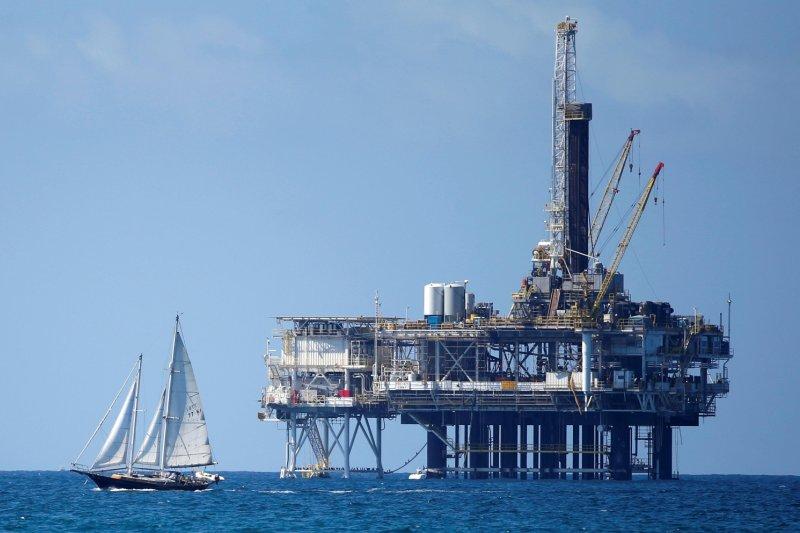 Harga minyak jatuh setelah pasokan AS yang terpukul badai kembali ke pasar