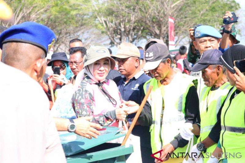 Ketua Bhayangkari Pusat pimpin aksi bersih sampah di Pantai Talise Palu