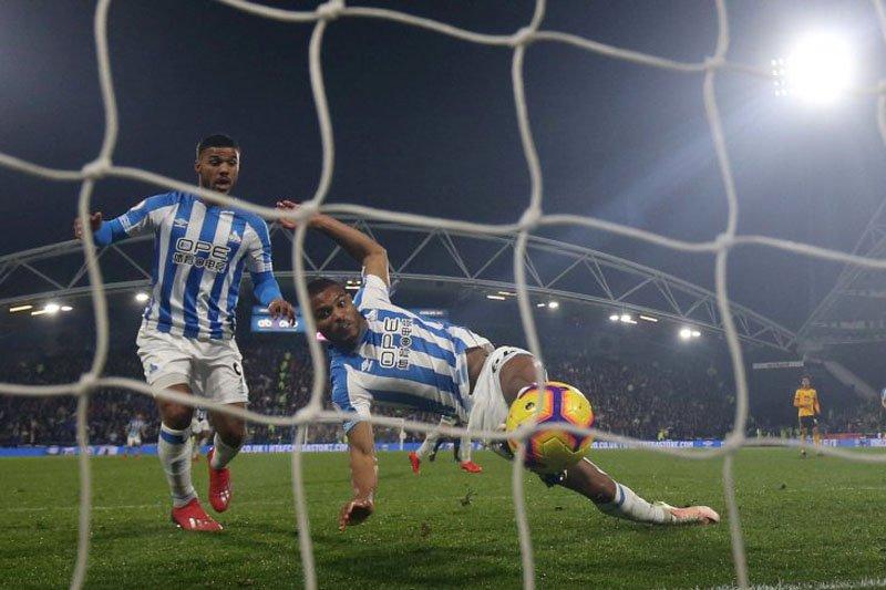Gol larut Mounie catatkan kemenangan langka Huddersfield